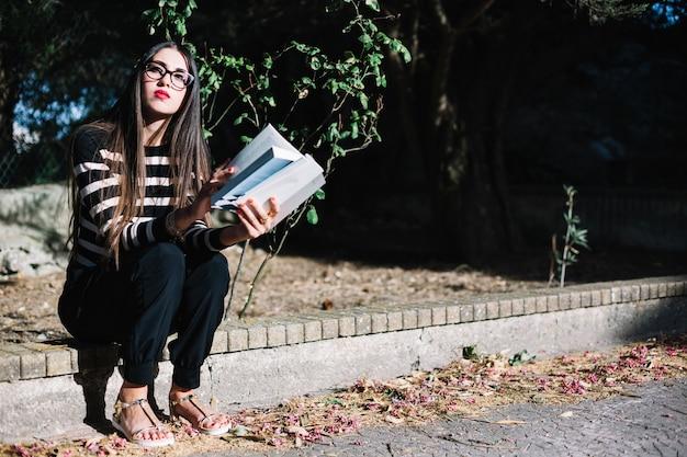 Fille avec un livre sur la rue