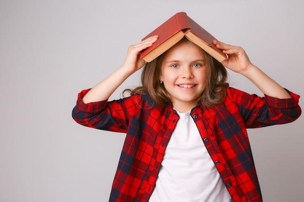 Fille avec un livre sur la tête