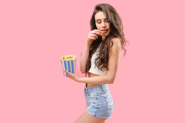 Fille ludique avec pack de pop-corn