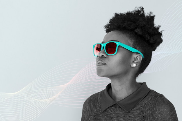 Fille avec des lunettes de soleil au néon