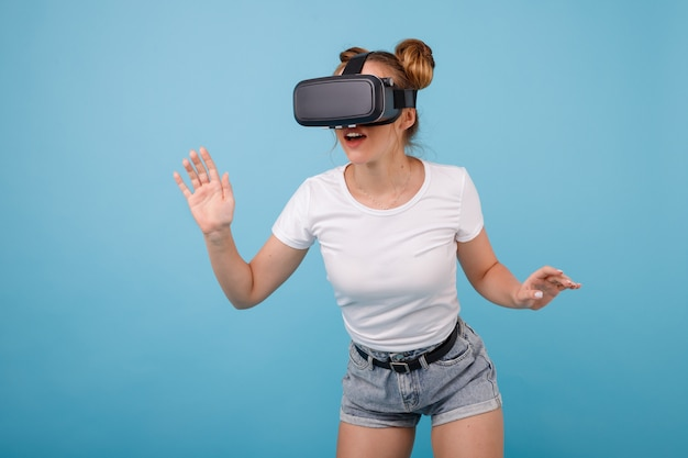 Fille à lunettes de viar, lunettes de réalité virtuelle sur un espace bleu