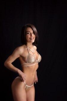 Fille en maillot de bain brillant posant pour la caméra