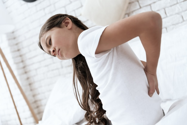 La fille a mal au dos
