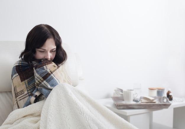 Fille malade au lit