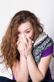 La fille malade covid-19 se mouche pendant la maladie