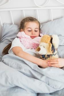 Fille malade dans le lit