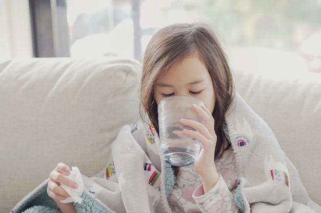 Fille malade, eau potable, sur, sofa, chez soi