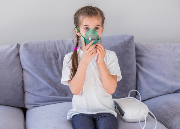 Fille malade avec masque