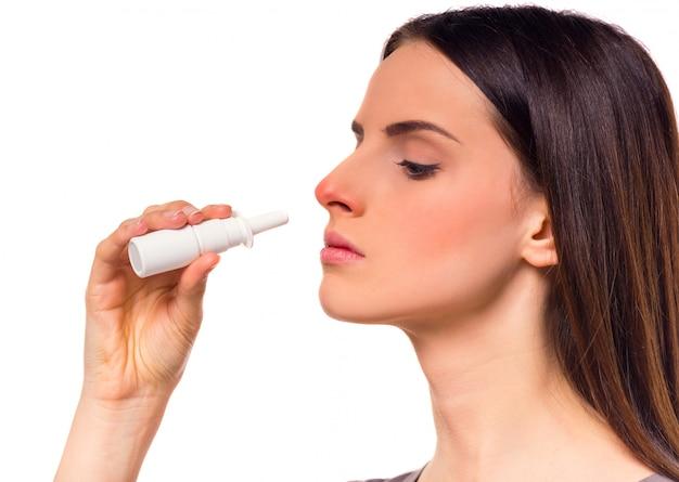 Une fille malade se mord le nez