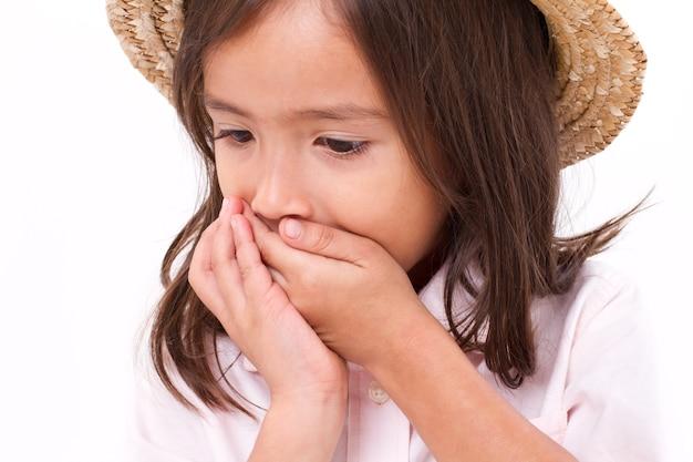 Fille malade avec des symptômes de nausée ou d'indigestion