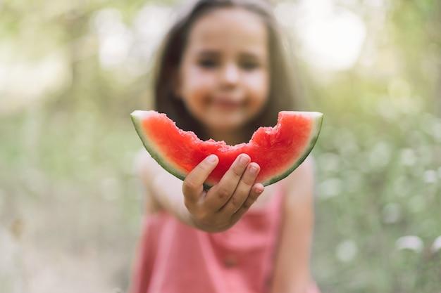 La fille mange une pastèque. humeur d'été de l'enfance.
