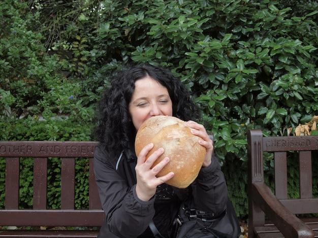 Fille mangeant du pain