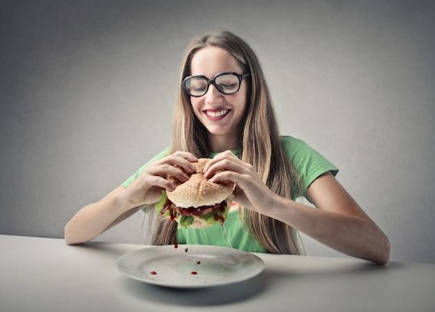 Fille mangeant un hamburger