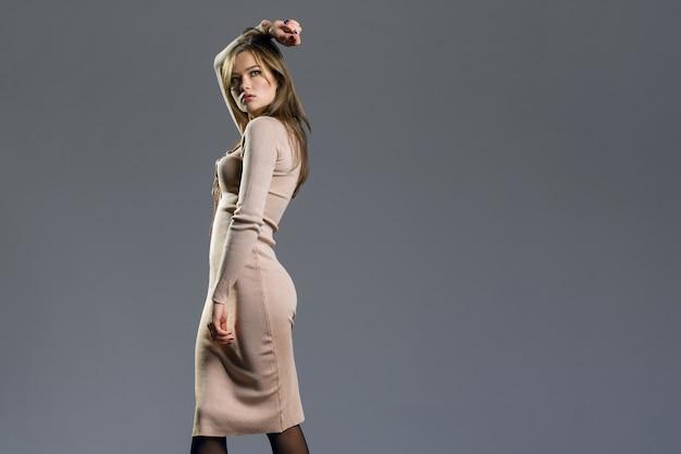 Fille de mannequin beauté portant une robe tricotée élégante
