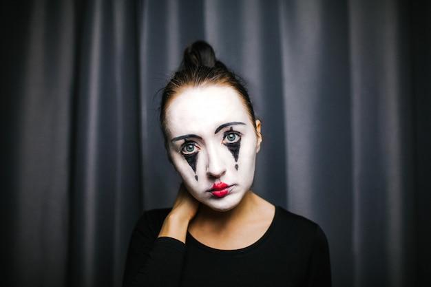 La fille maquillée du mime. improvisation.