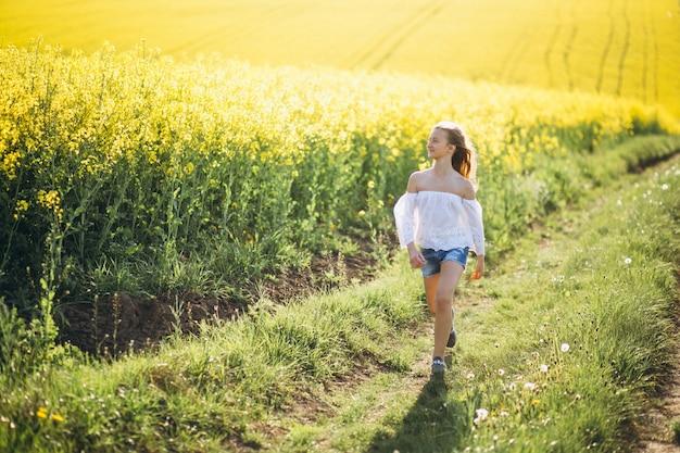 Fille marchant dans le champ de la fleur