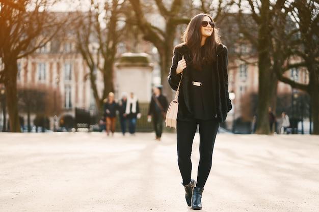 Fille marchant dans les rues et la ville de paris france