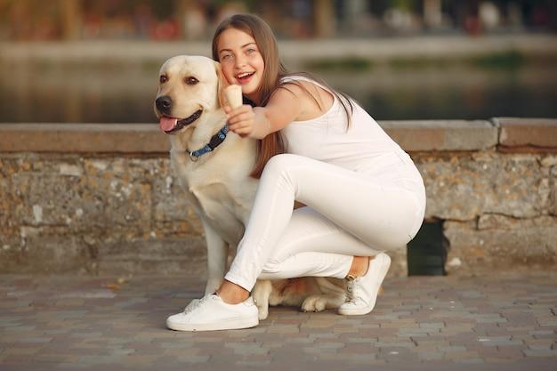 Fille marchant dans une ville de printemps avec chien mignon