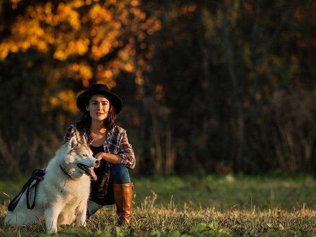 Fille marche avec husky