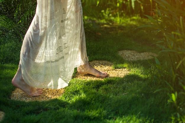 Fille marche pieds nus sur les pierres en forme de coeur