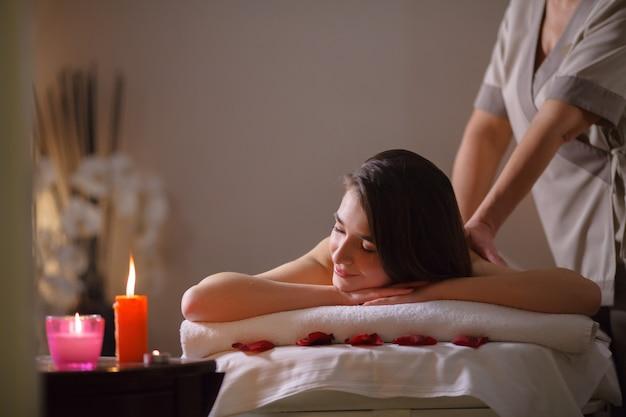 Fille sur massage dans le salon spa.