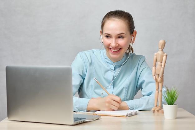 Fille médecin thérapeute passe par une classe de maître en ligne.