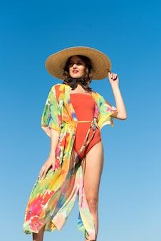 Fille à la mer jolie jeune femme en tunique sur la plage