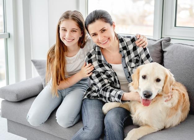 Fille et mère à côté du chien