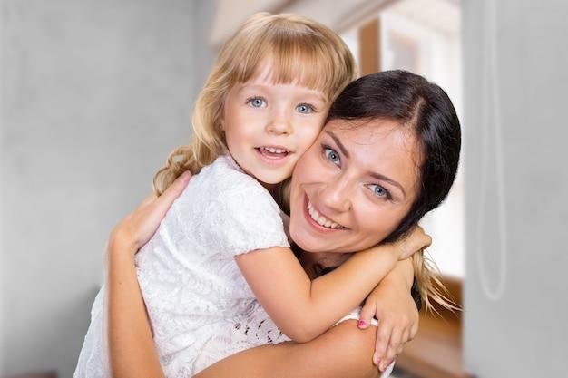 Fille mère et enfant heureuse