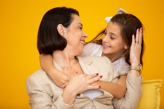 Fille et mère heureuse