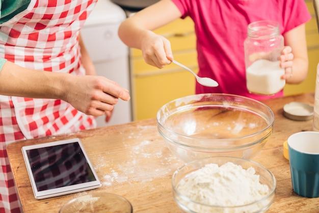 Fille et mère préparant la pâte à pizza