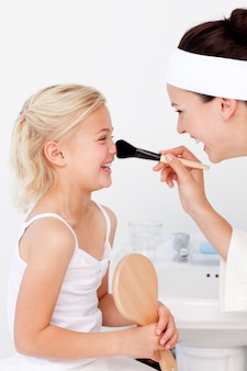 Fille et mère se maquiller