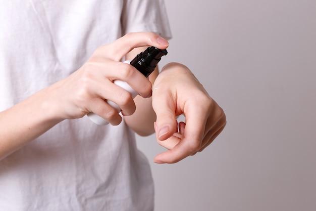Fille met de l'huile cosmétique sur ses mains
