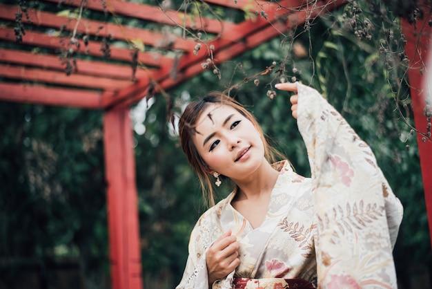 La fille mignonne avec le yukata japonais