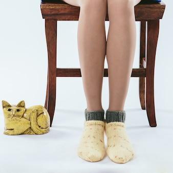 Fille à la mode en chaussettes tricotées