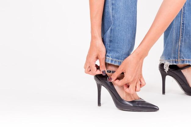 Fille de mode en chaussures à talons hauts et jeans.