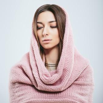 Fille à la mode en hiver des vêtements tricotés