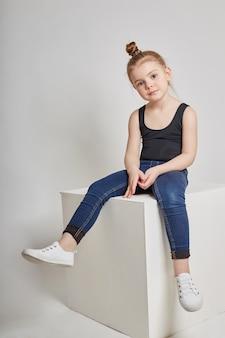 Fille de mode avec des vêtements décontractés cheveux longs assis