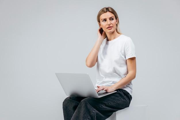 Fille moderne avec ordinateur portable. créativité libre