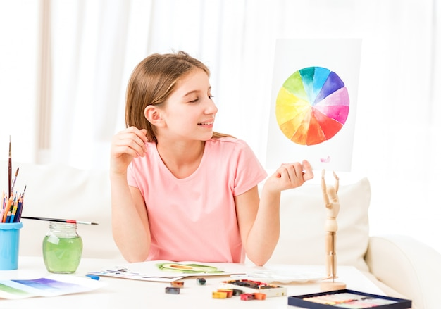 Fille montrant son dessin