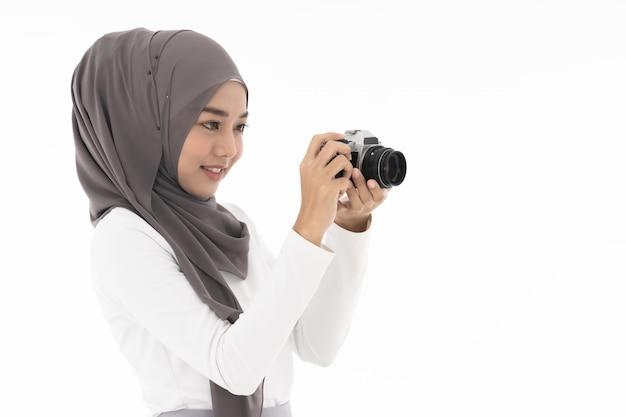 Fille musulmane avec appareil photo