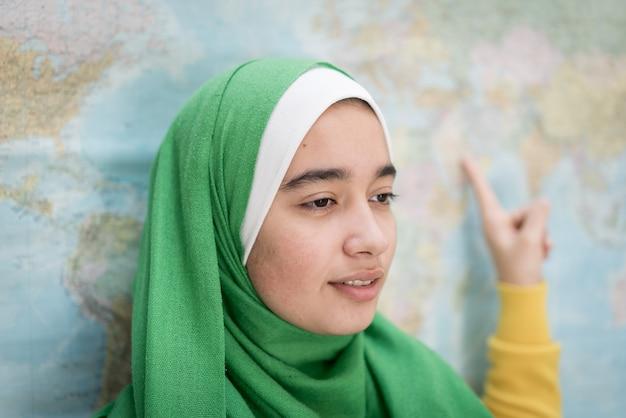 Fille musulmane avec carte du monde