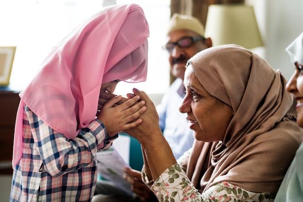 Fille musulmane payng respect à la mère