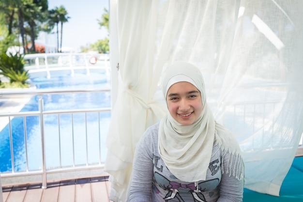 Fille musulmane sur la piscine