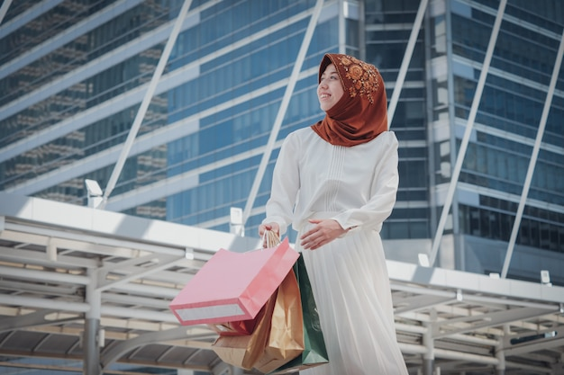 Fille musulmane avec sac à provisions