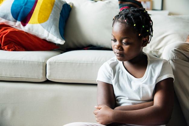 Fille noire avec émotion de tristesse