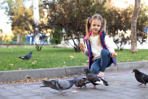 Fille nourrir les pigeons