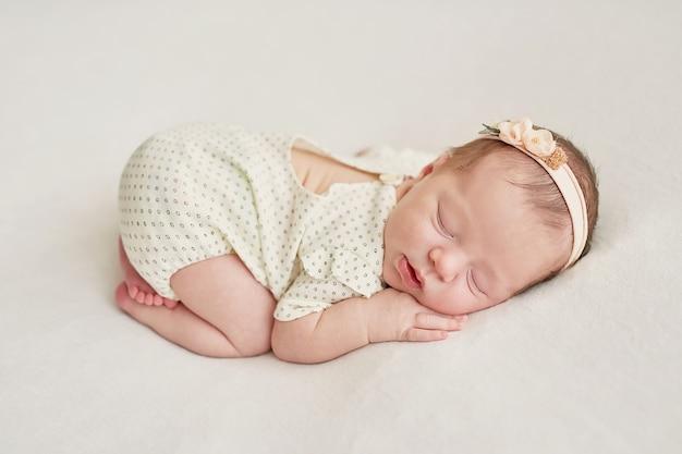 Fille nouveau-née sur fond clair