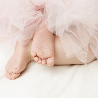 Fille nouveau-née pieds nus avec de petits pieds