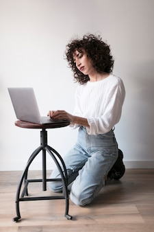 Fille avec un ordinateur portable